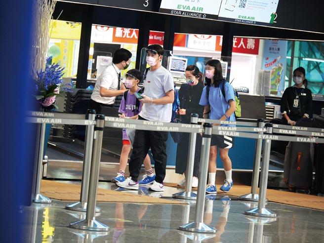 李李仁帶陶晶瑩及女兒、兒子赴美。(《時報周刊》提供)