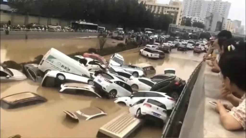 鄭州京廣路五公里隧道被淹沒,官方目前通報兩死。取自澎湃新聞