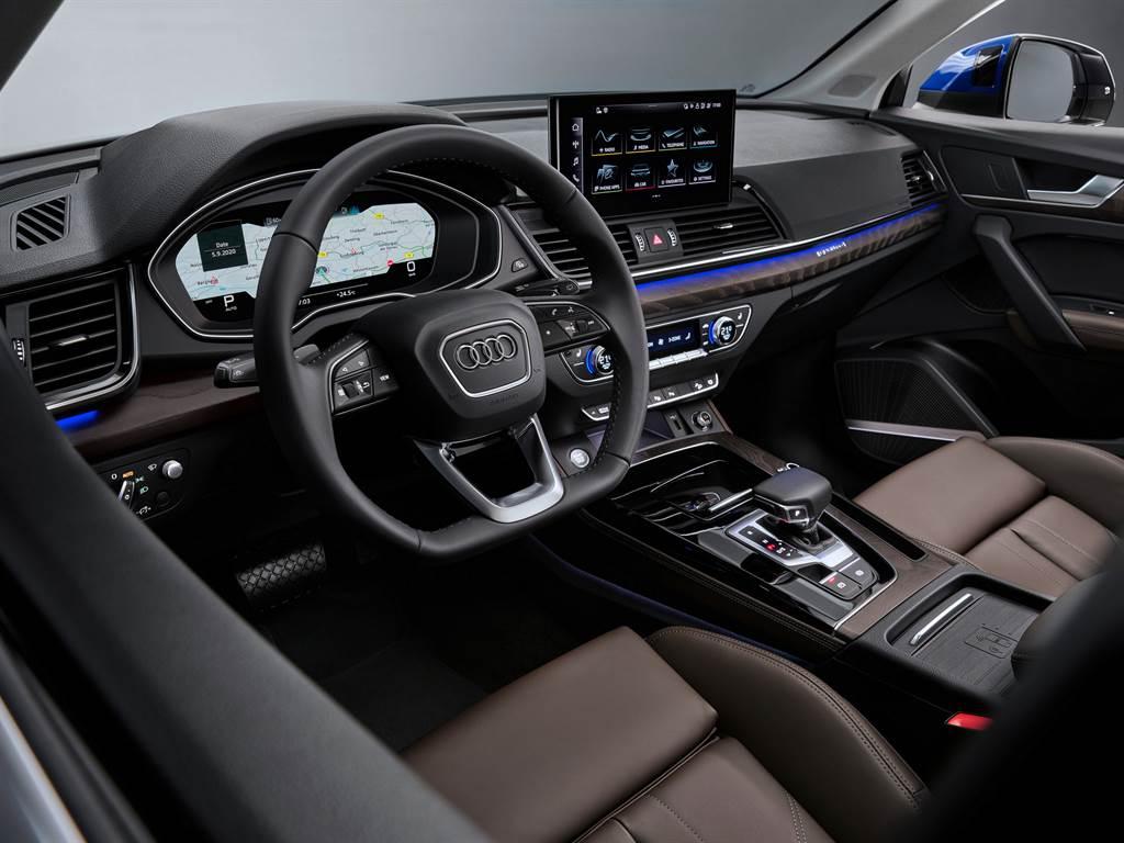 車室座艙展現Audi主打的科技氛圍,並標配Qi手機無線充電。