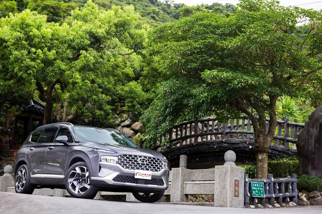 Hyundai Santa Fe在7月初發表小改款車型,推出柴油、油電兩款動力,共6車型,售價144.9萬元起。