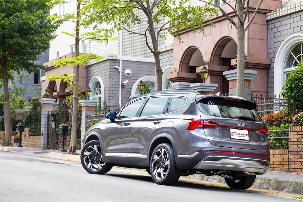 試駕車型為柴油中階型GLD-B版本,售價154.9萬元,配備與頂級款相差不遠,但價格相差15萬元,可說是C/P值最高的選擇。