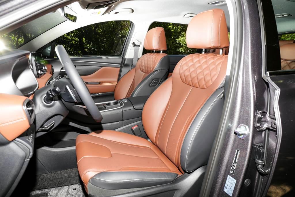 多向電調的真皮座椅上還有鑽石紋,若選擇頂規GLD-C車型,還會增加通風、加熱、兩組記憶、四向腰靠與腿靠以及駕駛座迎賓功能等機能。