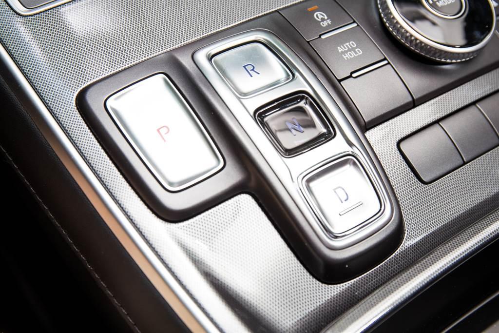 變速系統不僅由六速手自排改為八速自手排雙離合器變速箱,排檔方式也由傳統排檔桿改為按鍵式線傳排檔,為同級車中少見的配置。