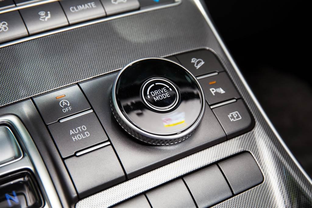 由於是前驅車型,並未提供越野相關的駕駛模式,僅有Comfort、Eco、Smart與Sport四種模式。