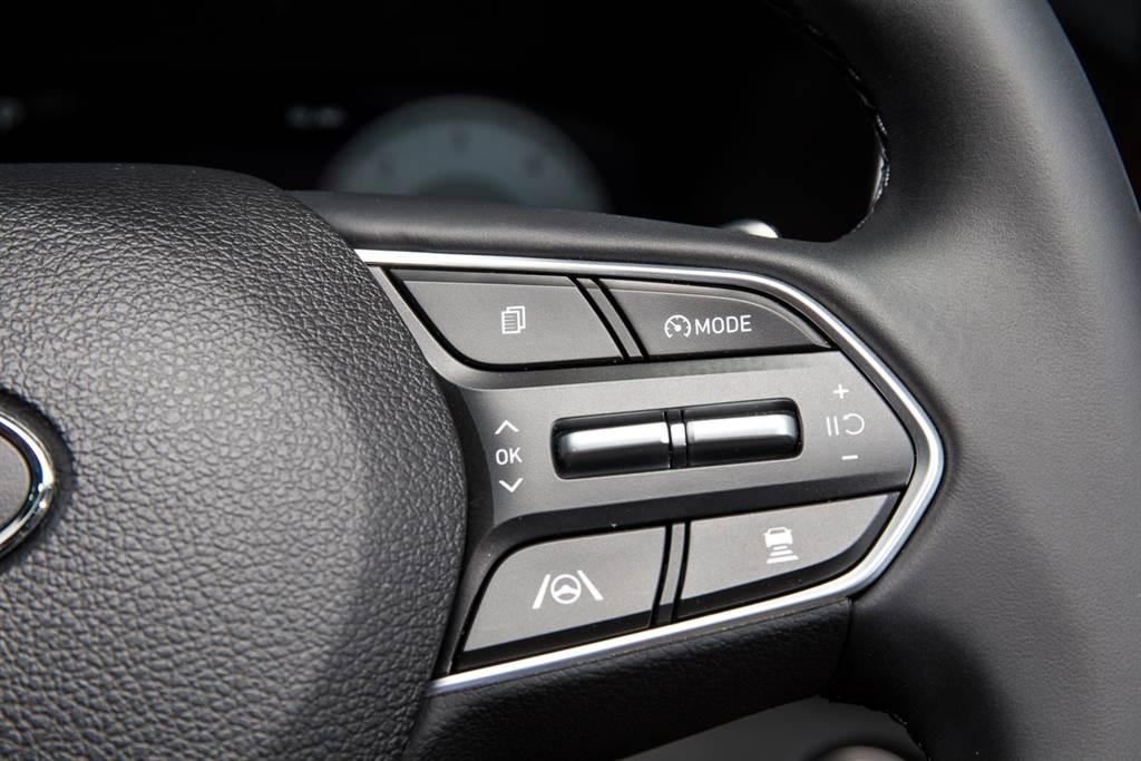 在輔助駕駛系統方面大幅進步,將Hyundai目前最新世代的配備全上,其中LFA車道維持系統不僅是全速域,還隨時都可以開啟,不與SCC智慧定速巡航系統連動。