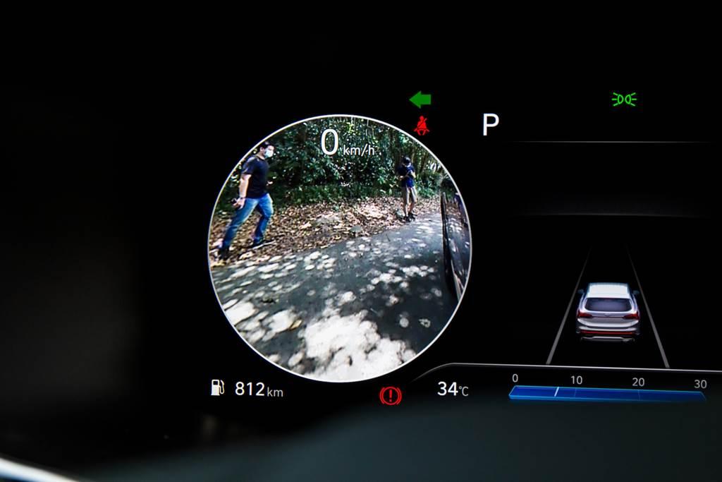盲區影像輔助系統可將兩側後方影像顯示在儀錶板上,變換車道時更加安全。