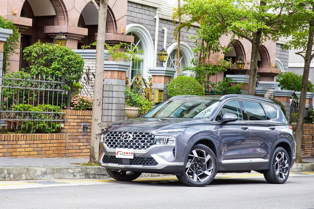 每次試駕Hyundai都讓人感到其有感的進步,也難怪在十年內就由全球第11大車廠躍升至第5大,這次Santa Fe的小改款更使其往豪華邁進。