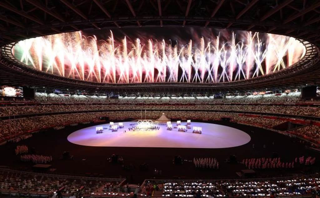 東奧開幕式在絢爛煙火下進行精彩表演。(路透)