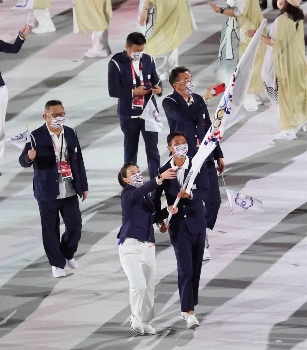 中華代表團由郭婞淳、盧彥勳掌旗,11人以第104順位在東京奧運開幕式步入新國立競技場。(體育署提供)