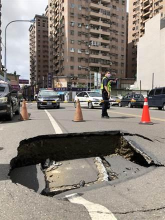 台南永康區勝學路口塌陷 長寬2.5米、深1.2米大洞很嚇人