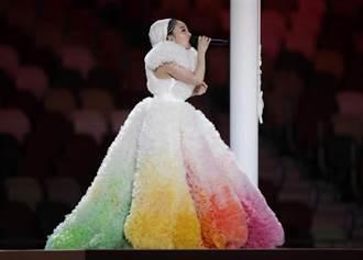 登奧運開幕式獻唱國歌 米希亞七彩裙遭虧像「水果刨冰」