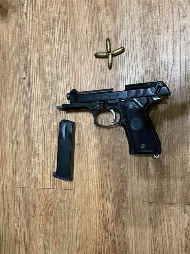 警方在陳嫌住處查獲1把改造手槍。(萬華分局提供)