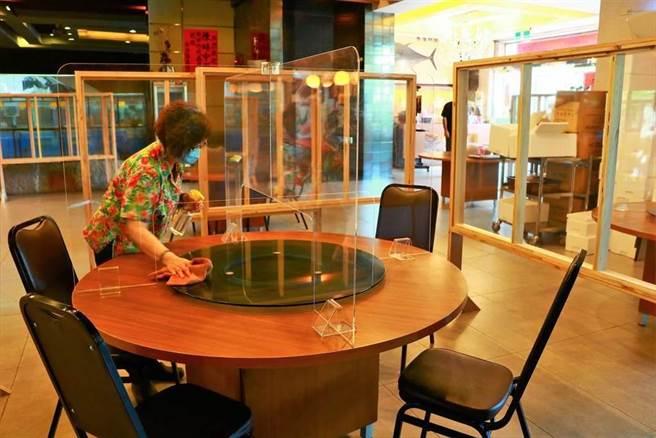 梅花座、隔板無效!台大公衛學者建議餐飲業加裝排風扇。(資料照/謝佳潾攝)
