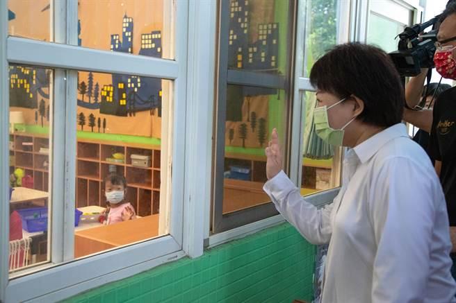 台中市長盧秀燕上午冒雨前往安和非營利幼兒園巡視幼兒園復課整備情形。(盧金足攝)