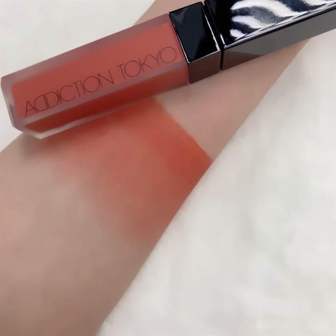 ADDICTION 癮吻唇萃#014木星大紅斑,宇宙小行星般的橘色調。(邱映慈攝)