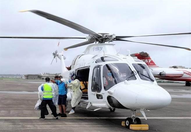 澎湖陸空接力後送病患高雄手術搶救斷指。(凌天航空提供)