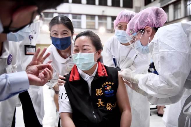 縣長徐榛蔚今下午到部立花蓮醫院,完成第一劑AZ疫苗的接種。(縣政府提供/王志偉花蓮傳真)