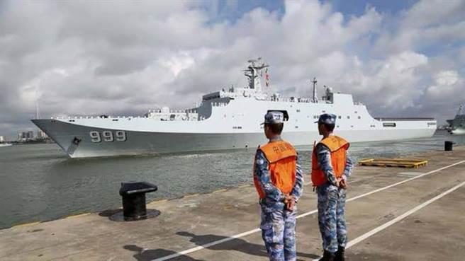 中共海軍大型戰艦已能停靠吉布地港口進行補給。圖為停靠吉布地的井岡山號兩棲船塢登陸艦。(圖/推特@mlnangalama)