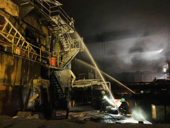 慶欣欣鋼鐵廠烈焰狂燒,機具燒毀。(民眾提供/吳敏菁彰化傳真)