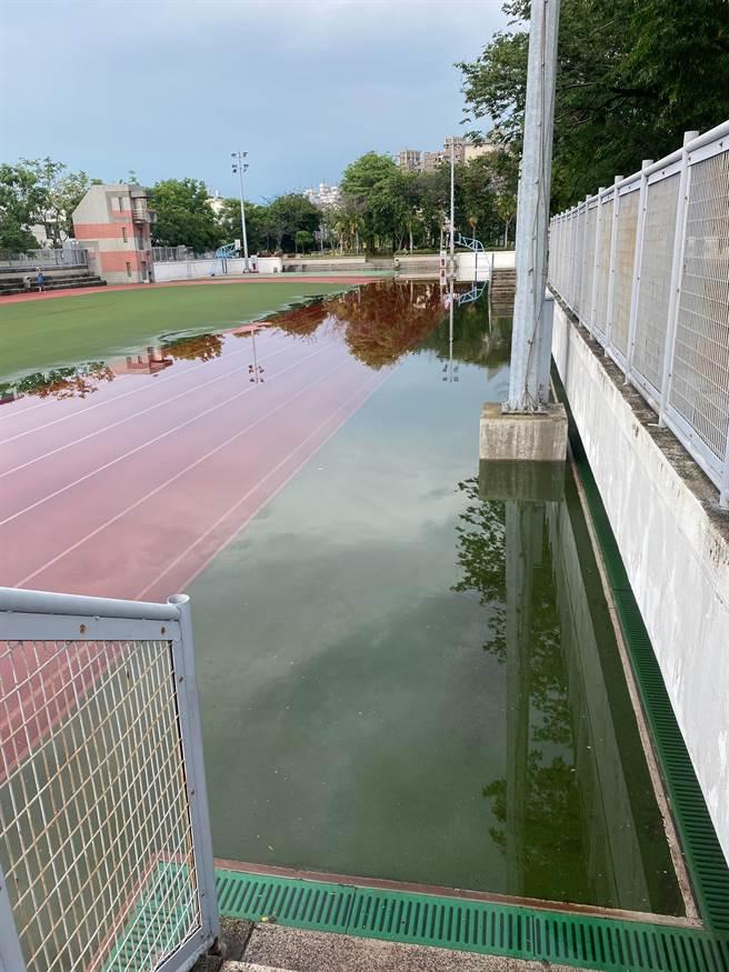 大里運動公園田徑場,遇上強降雨就淹水,PU人工跑道泡水損壞,讓民眾無法下場運動健身。(李天生議員服務處提供/黃國峰台中傳真)