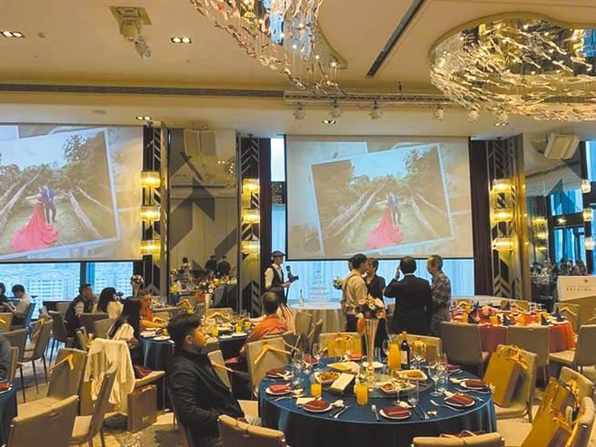 中央流行疫情指揮中心23日宣布調降二級強化警戒措施,醫師沈政男直言,最勇敢的措施是開放婚宴,只要有間隔,50人群聚都可以。(資料照)