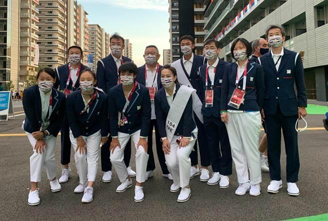 中華代表團參與東奧開幕典禮的11人在新國立競技場外合照。(中華體操協會提供)