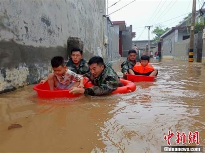 7月20日起河南暴雨成災。(中新社)