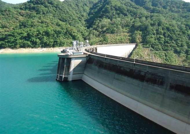 烟花狂灌大雨,翡翠水庫水量卻下滑至70%,對此翡管局解釋是為了因應颱風而事先開始放流。(圖/翡翠水庫管理局)