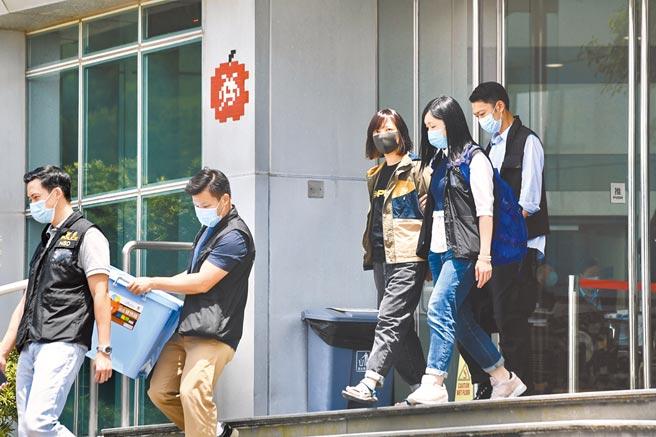 香港警務處國家安全處6月17日採取行動,拘捕壹傳媒及《蘋果日報》五名高層,涉嫌「串謀勾結外國或境外勢力危害國家安全罪」。圖為警方將《蘋果日報》副社長陳沛敏(右三)帶離蘋果日報社。(中新社)