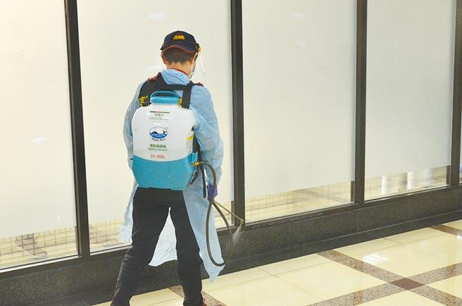 桃園市新增7案例,有6人為確診者接觸者,另外還有1例感染源為收銀員,感染源還在調查中。圖為清潔人員消毒。(賴佑維攝)