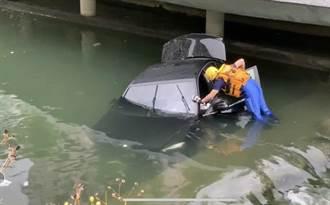 賓士車颱風清晨衝入台中柳川 半沉河中駕駛離奇失蹤