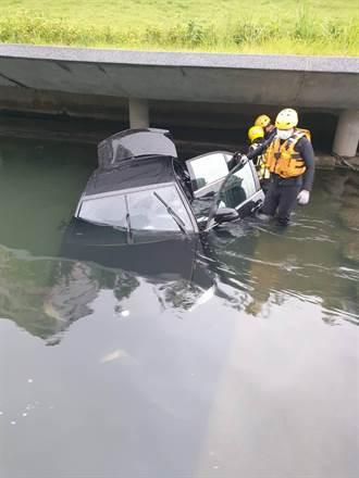 台中賓士車飛衝6米深柳川影像曝光 駕駛疑脫困後落跑