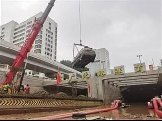 被淹沒鄭州京廣路隧道車輛全部拖出 約200多輛