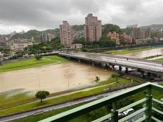 木柵驚人畫面曝光!景美溪水暴漲 綠地、人行道不見了