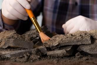 鄭州暴雨意外沖出漢代古墓 村民路邊驚見神秘陶器