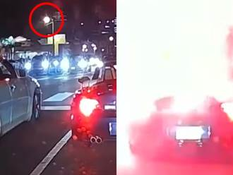 停等紅燈慘遭鄰車丟炮狂炸 敞篷車驚冒火光紅煙畫面曝光