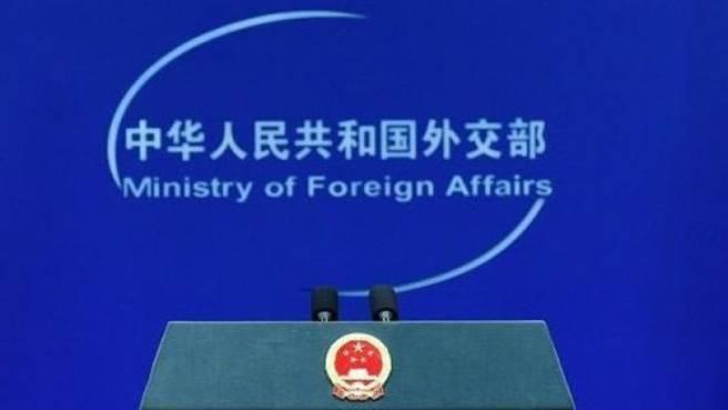 中國外交部宣布,中方決定對7個美方人員和實體實施制裁。(澎湃新聞)