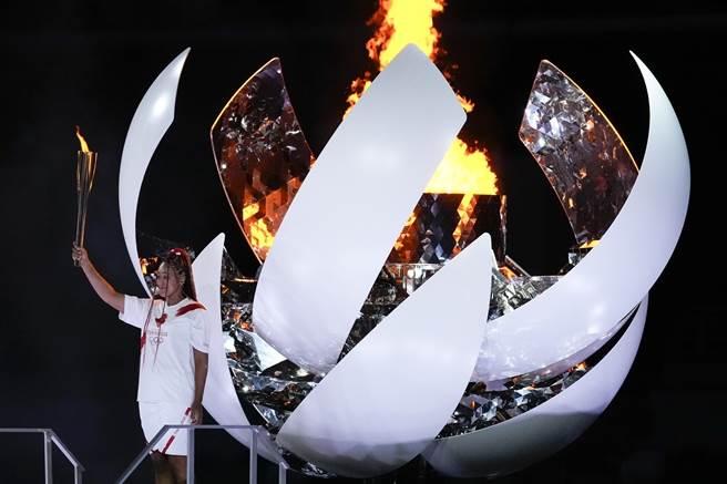 大坂直美點燃奧運聖火。(美聯社)