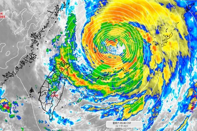 烟花颱風的暴風圈逐漸脫離海上警戒的範圍,但正在進來的螺旋雨帶仍要多注意。(圖/翻攝自彭啟明臉書)