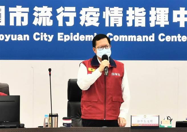 桃園市長鄭文燦24日主持防疫會議表示,中央已經公布指引,地方可以微調。他說,若各局處覺得還需要觀察,可以研議清楚再提出。(桃園市新聞處提供)