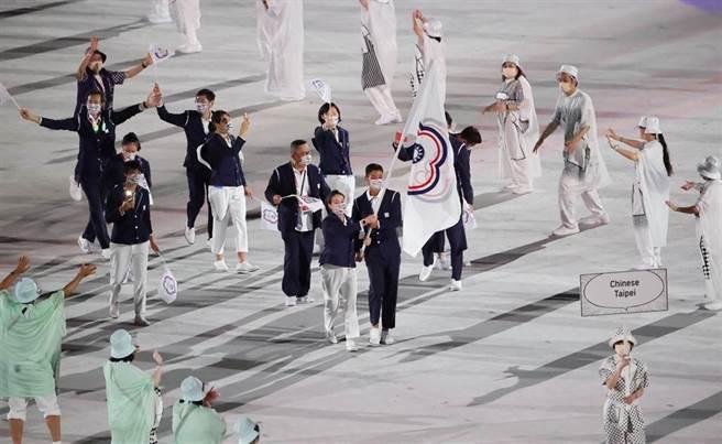 中華奧運代表團昨參加東京奧運開幕儀式。(體育署提供)