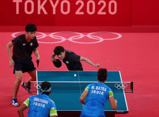 我國混雙組合林昀儒(左)、鄭怡靜在東奧首戰直落4輕取印度對手,挺進8強。(路透)