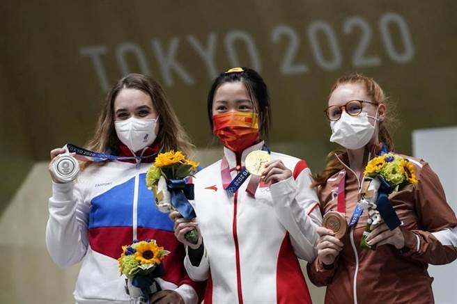 東京奧運首面金牌由中國大陸女將楊倩(中)摘得,ROC女將(左)獲得銀牌,瑞士女將獲銅牌。(美聯社)