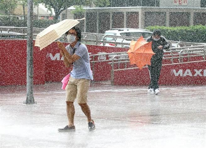 北市出現間歇性大雨,讓行人難以招架。(趙雙傑攝)