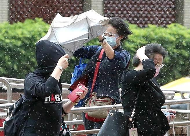 北市出現間歇性大雨和強陣風。(趙雙傑攝)