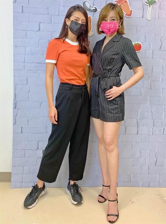 王瞳(右)跟顏曉筠上鳳凰直播節目《大手牽小手》。(民視提供)