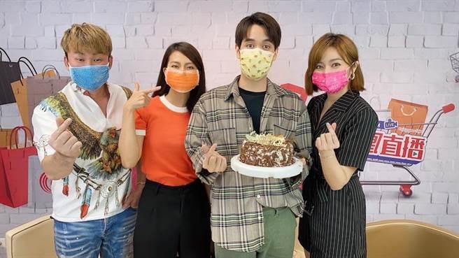 紅毛(左起)、顏曉筠、王瞳在節目中幫陳彥嘉(右二)慶生。(民視提供)