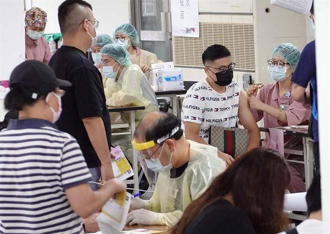雖然24日是周末假日,不少民眾仍趁空前往北市成德區民活動中心疫苗接種站打疫苗。(姚志平攝)