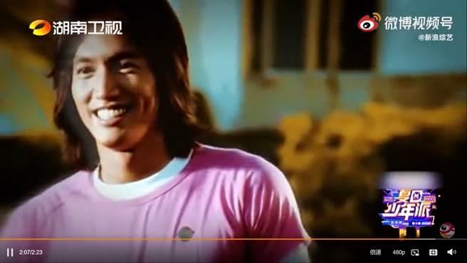 言承旭表演時身後大螢幕播放20年前MV,帥氣模樣依舊。(圖/ 摘自微博)