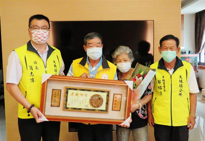 大林鎮模範父親代表王道(左二)一家三代都是養蜂人,今24日大林鎮長簡志偉(左一)親自到府表揚、祝賀。(大林鎮公所提供∕呂妍庭嘉義傳真)